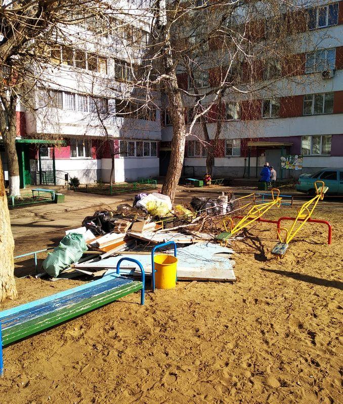 На детской площадке в Набережных Челнах устроили свалку