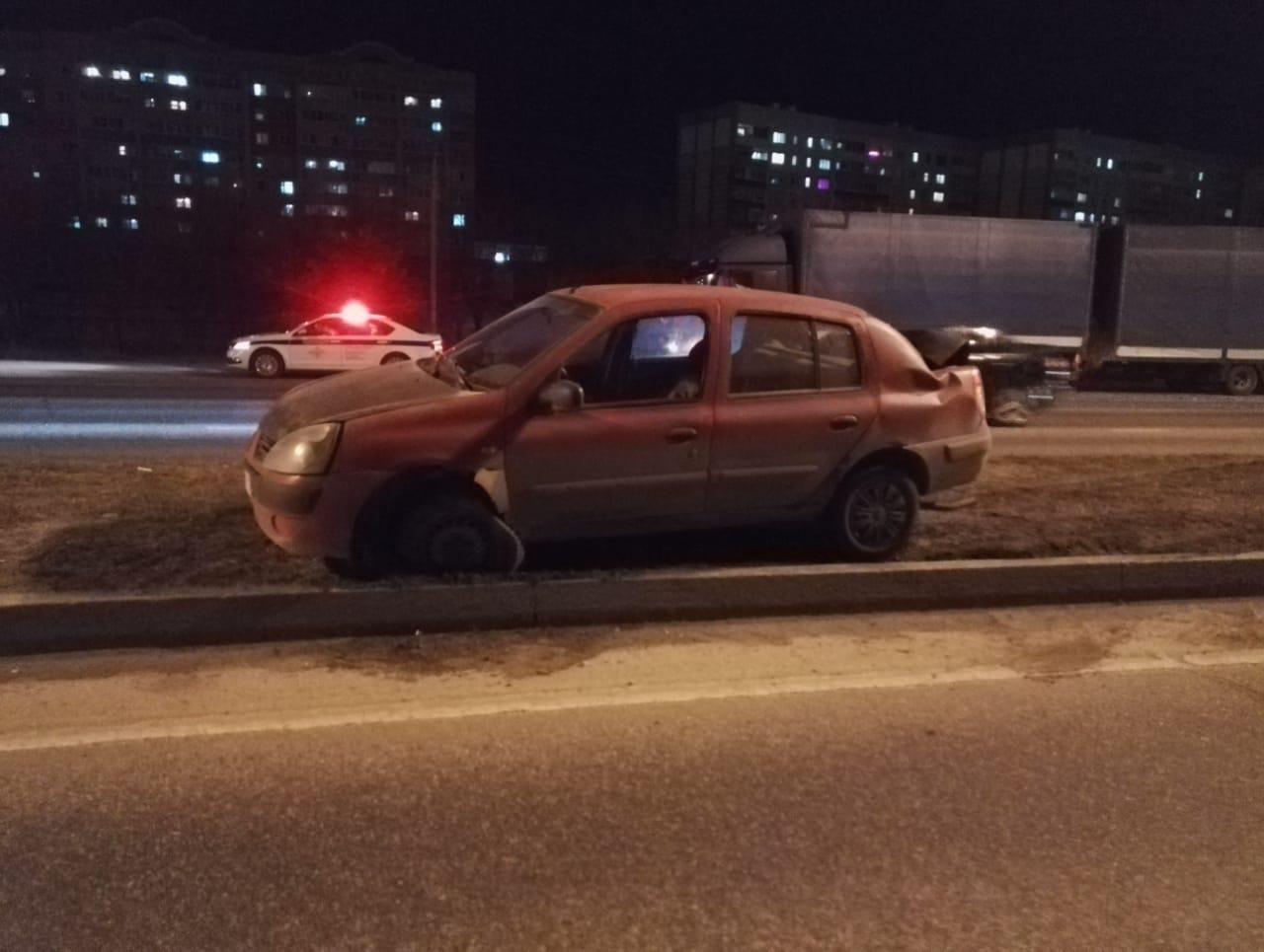 Водитель фуры столкнулся с автомобилем «Рено Симбол»