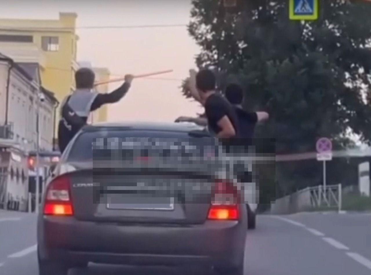 В Татарстане наказали водителя, возившего высунувшихся из окон автомобиля пассажиров