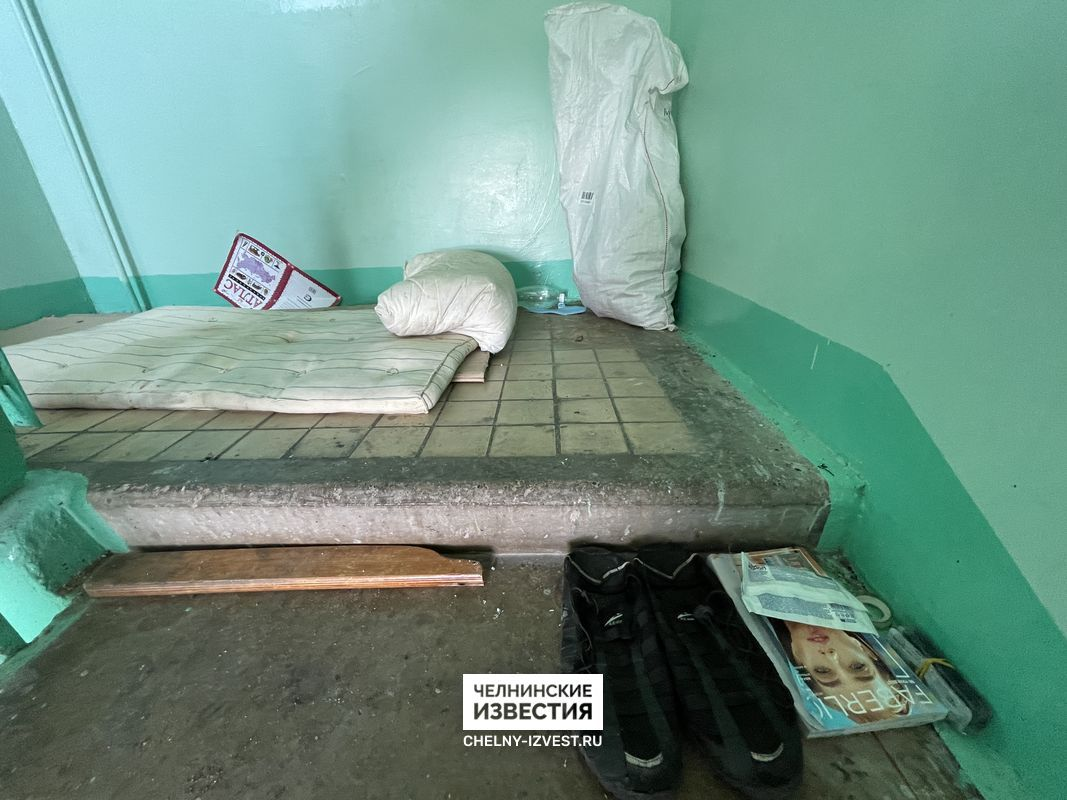В Набережных Челнах бездомные поселились в подъезде жилого дома