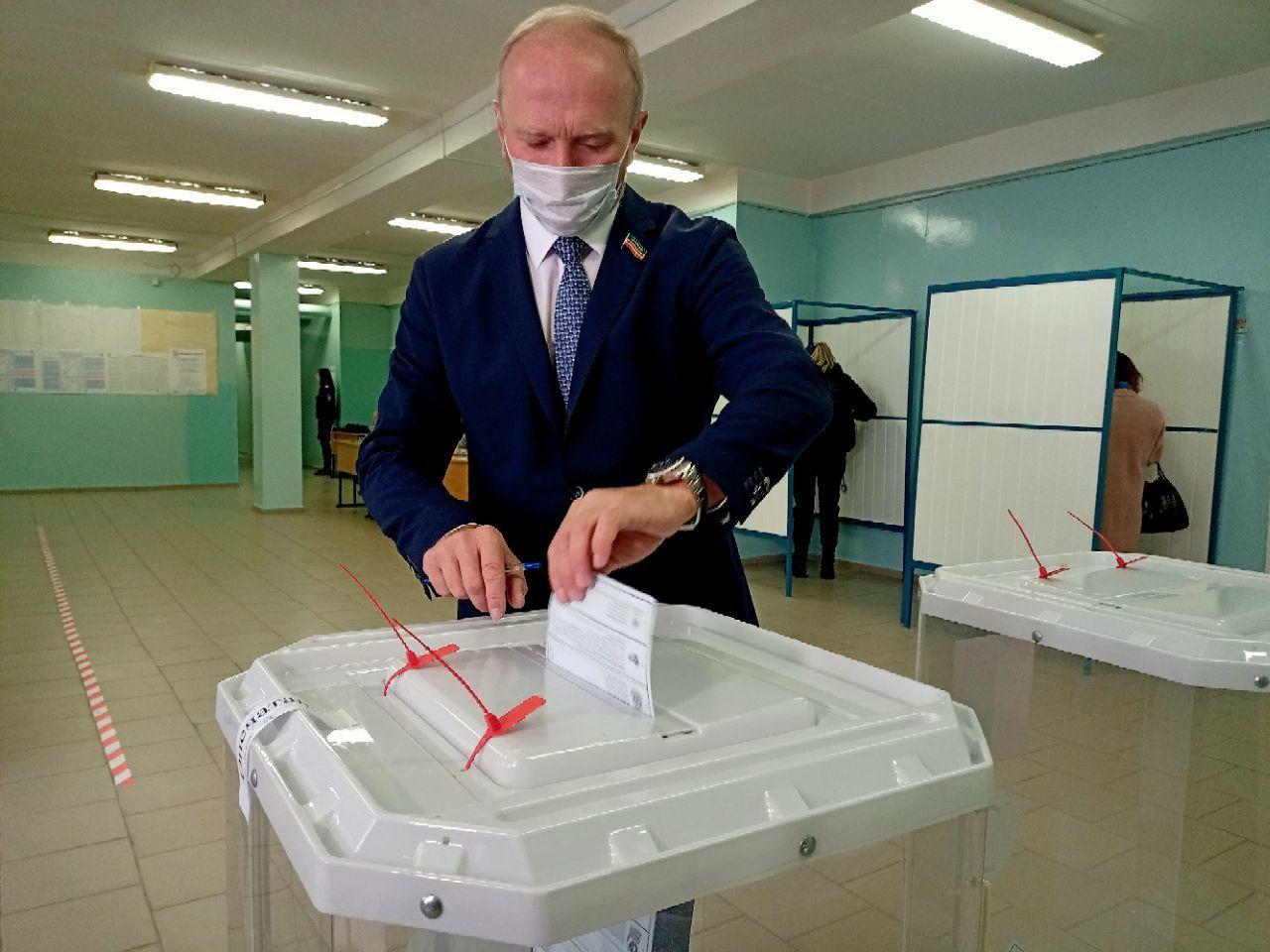 Владимир Чагин одним из первых в Набережных Челнах принял участие в голосовании