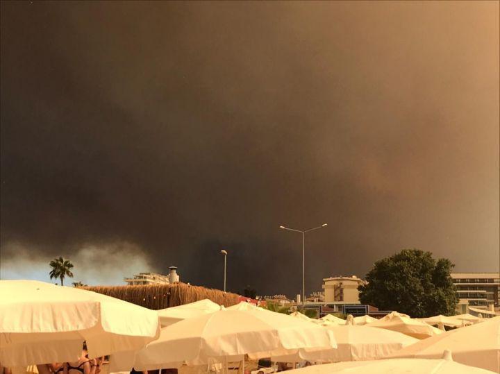Головы отдыхающих туристов в Анталье посыпает пеплом, а они собираются на пляж