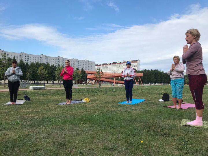 Йога около мэрии Челнов: бесплатно, рано и спортивно